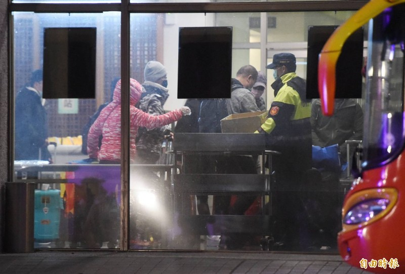 武漢包機回台的台商與家屬隔離檢疫滿14天,在烏來隔離所的近10位民眾早上六時搭乘專車離開。(記者廖振輝攝)
