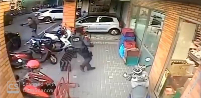 警方上前制伏駕車逃離的莊姓嫌犯。(記者王俊忠翻攝)