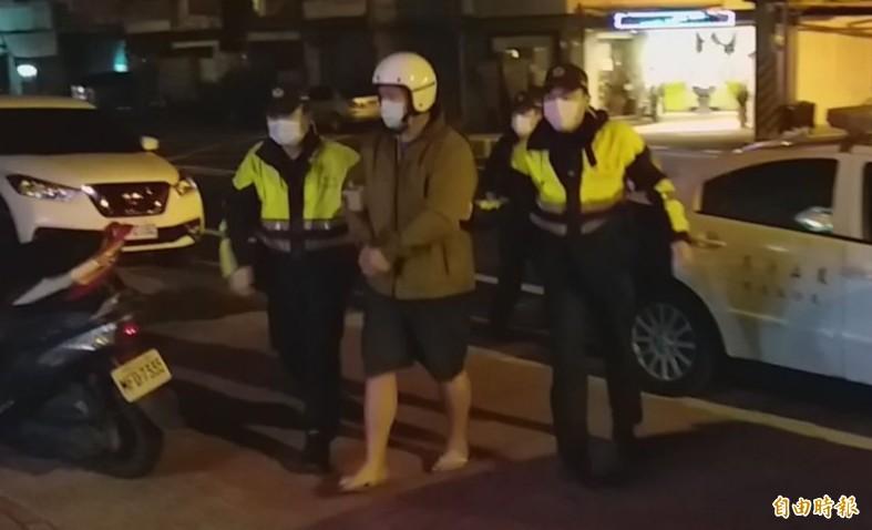 警方1個多小時逮獲李姓通緝犯依法送辦。(記者陳文嬋攝)