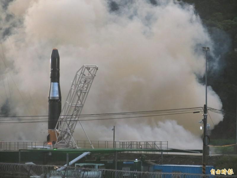 與南田部落達成協議,晉陞太空科技研發火箭「飛鼠一號」可望3月中旬再試射升空。(記者陳賢義攝)