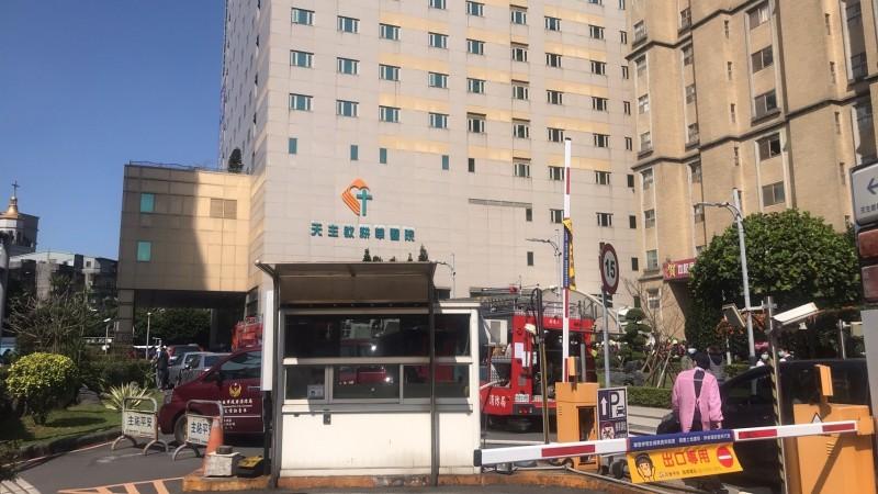 警方到場灌救,院方緊急疏散病患未有傷亡。(警方提供)
