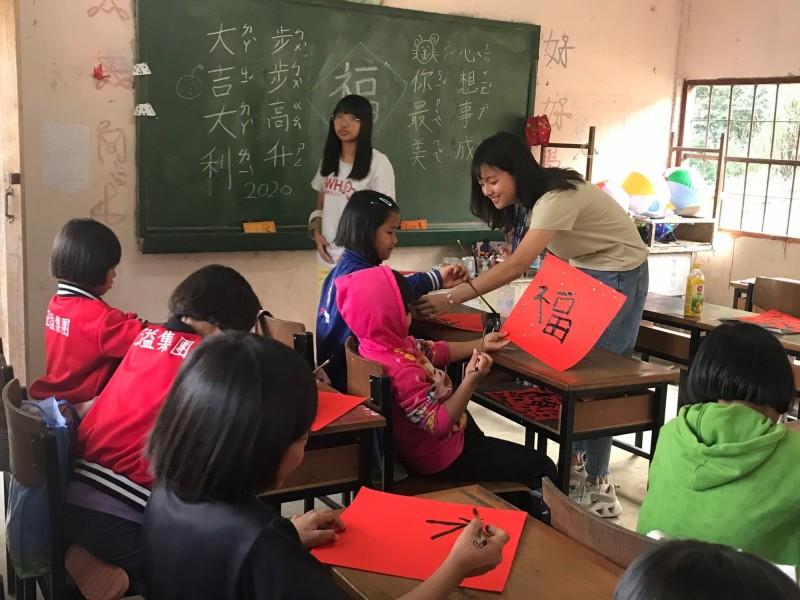 弘文中學師生送愛到泰北,學生教導當地小學生中文。(弘文中學提供)