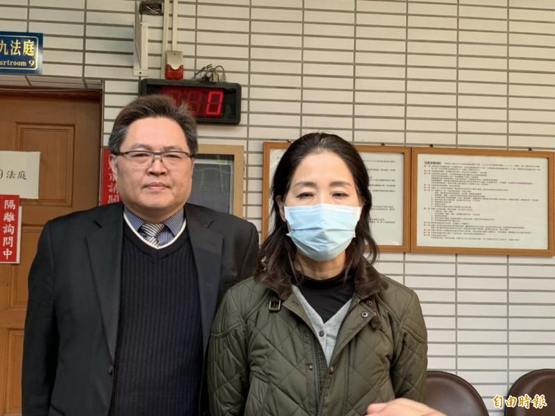 桃園市議員舒翠玲(右)交保後強調,她完全沒有犯意。(記者周敏鴻攝)