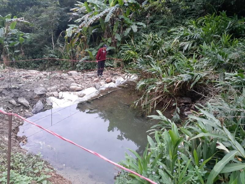 員山鄉中華村指控,永侒實業在村內水源頭動工興建水塔,讓居民飲用水變得混濁。(中華村社區發展協會提供)