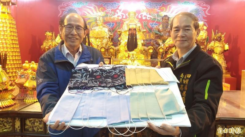 宜蘭縣四結福德廟訂於23日舉辦擲筊送口罩,300個兩用布口罩送完為止。(記者江志雄攝)