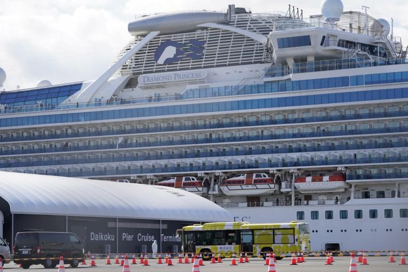 停靠在日本橫濱的鑽石公主號郵輪,今(19)日再新增79例病例,全船累計有621人確診。(歐新社)