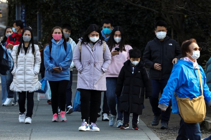 武漢肺炎疫情延燒,日本北海道札幌今(19)天新增2例確診,目前累積4例。圖為日本街頭民眾戴口罩防疫。(路透)