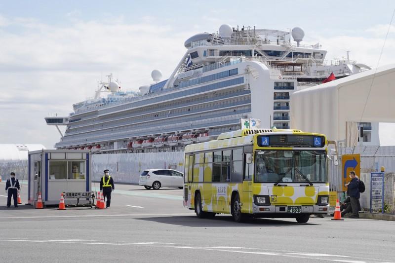 停泊在橫濱港的鑽石公主號郵輪今天起解除隔離,檢測呈陰性的乘客陸續下船,搭乘巴士離開。(歐新社)