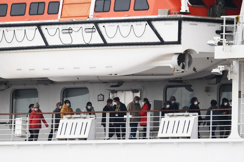 岩田健太郎表示,鑽石公主號船上紅區綠區完全沒有區分,甚至有發燒的病人若無其事地在走廊上散步。(法新社)
