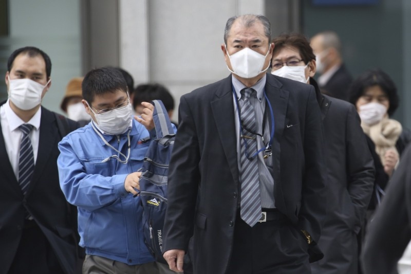 東京都今(19)日晚間宣布,又增加3例武漢肺炎病例,其中1人是昨日確診男子的妻子。圖為東京街頭行人。(美聯社)