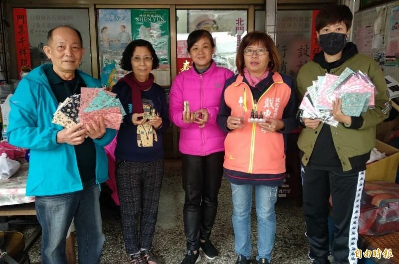鳳山區北門與武松里志工媽媽自製口罩套、香茅膏、茶樹精油防疫。(記者陳文嬋攝)