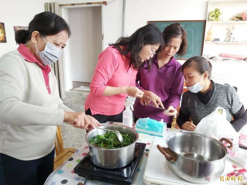 北門里志工媽媽以左手香、香茅,手工自製香膏及肥皂防疫。(記者陳文嬋攝)