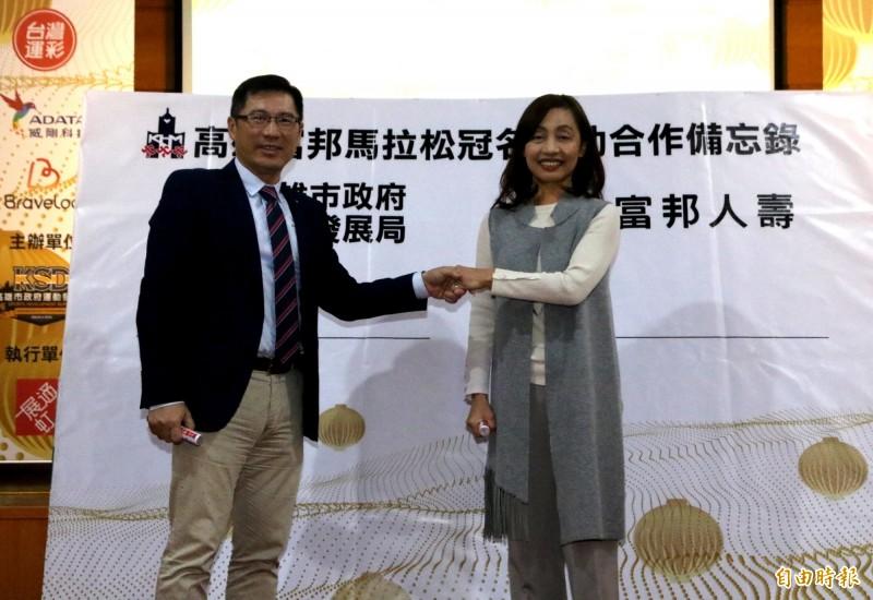 程紹同(左)為市府簽下3年高富馬合約。(資料照,記者黃旭磊翻攝)