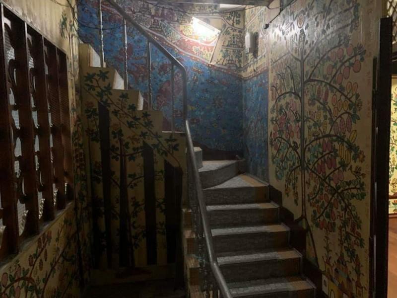老翁在3層高的屋內一筆一畫創作出自己的世界。(記者張議晨翻攝)