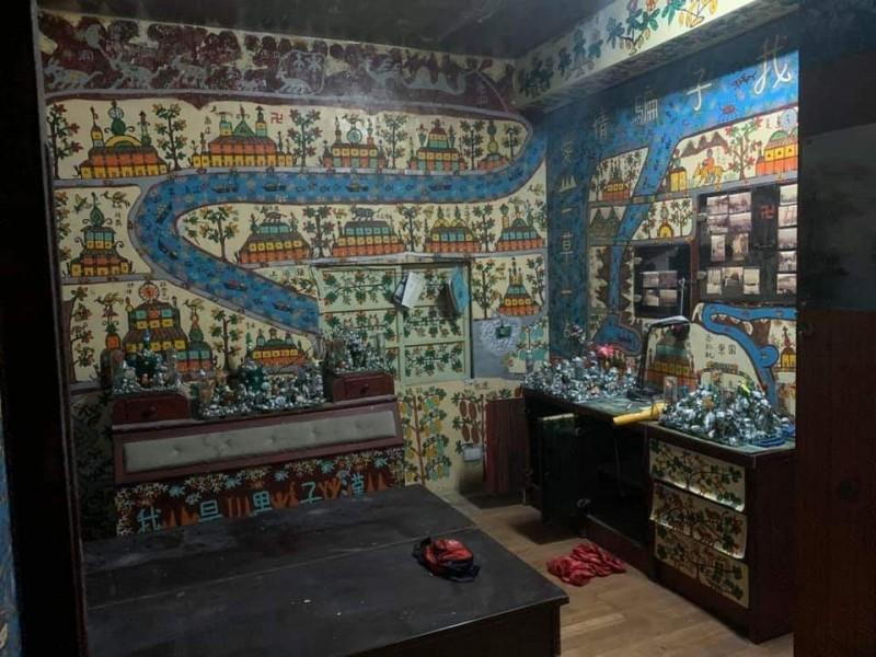 老翁屋內一筆一畫創作出自己的世界,令許多人讚歎。(記者張議晨翻攝)