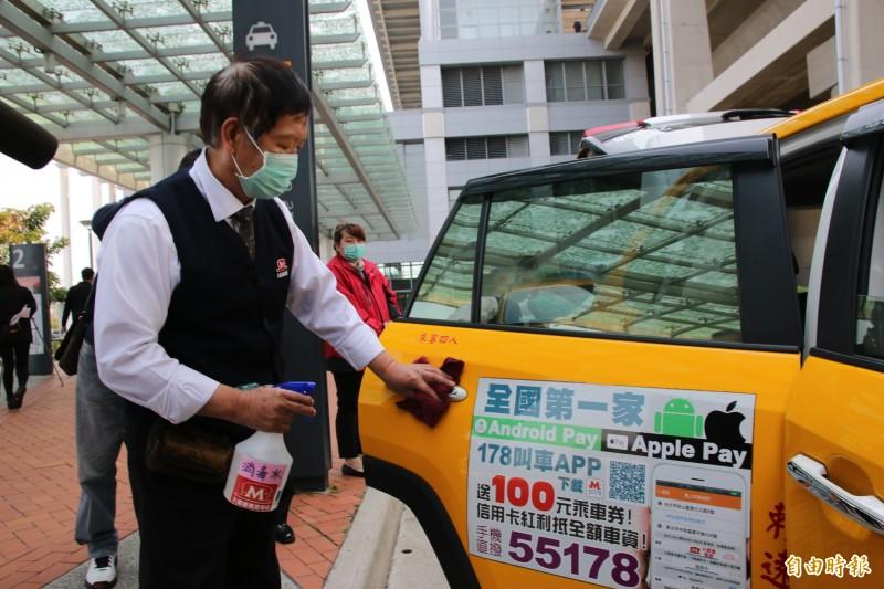 大都會計程車司機每日三次全車消毒、配戴口罩加強自主衛生管理,並為乘客量體溫,詢問旅遊史等。
