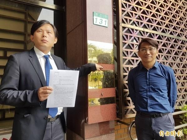 前年11月,時任時代力量立委黃國昌(左),在同黨立委徐永明陪同下,向台北地檢署告發簡太郎涉違反貪污治罪條例等罪。(資料照)