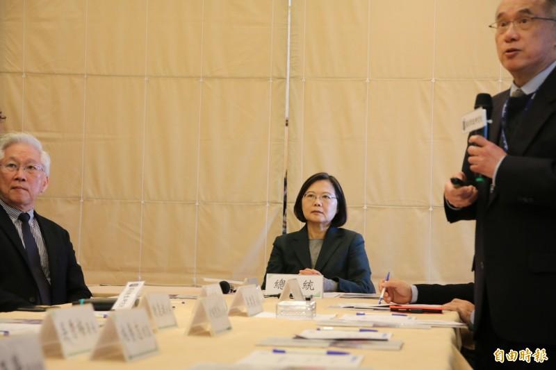 蔡英文總統今至國家衛生研究院,國衛院院長梁賡義(右)報告治療藥物的重大進展。(記者鄭名翔攝)