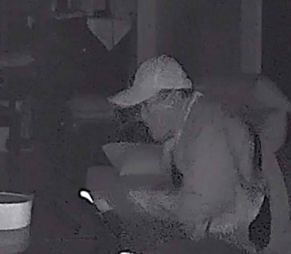 家被闖空門,被害人調出監視器畫面,驚見小偷沒戴口罩。(記者詹士弘翻攝)