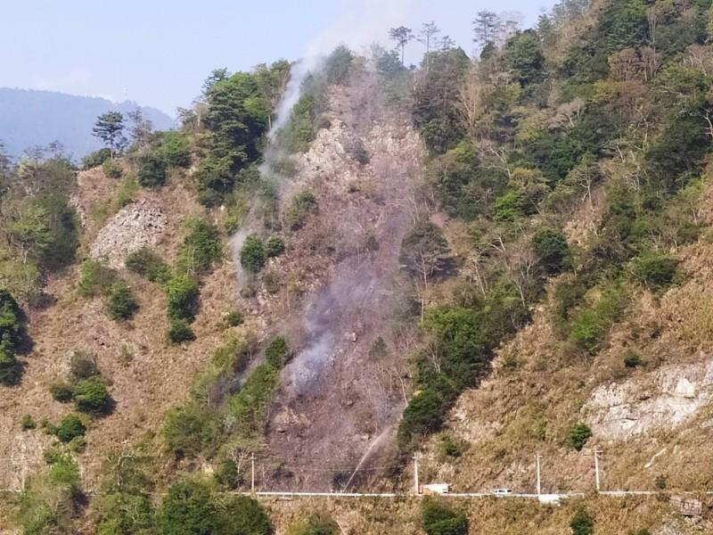 中橫便道5.3公里處的林務局東勢林管處八仙山事業區95林班發生火災,東勢林管處派員搶救。(東勢林管處提供)