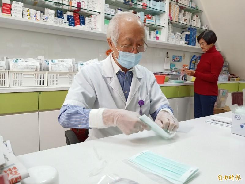 就連分裝用的口罩包材也難以購得,讓藥師直呼快要「投降」了。(記者王姝琇攝)