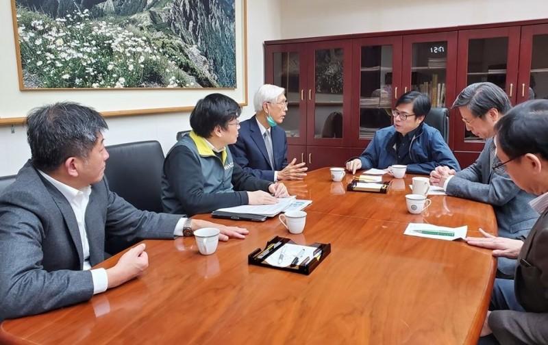 行政院副院長陳其邁(圖中)開會,利用大數據找到白牌計程車司機感染源。(圖取自陳其邁臉書)