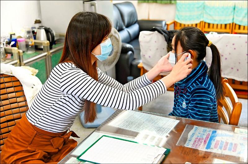 校園隨時監測體溫,發現有異常者,由校護再做確認。(新北市教育局提供)