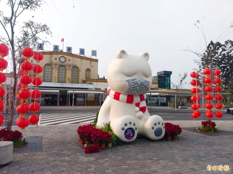 A mascot bear wearing a mask sits in front of Chiayi Railway Station in Chiayi City yesterday. The installation is an alternative take on how to remind people to be vigilant in the prevention of COVID-19. Photo: Wang Shan-yan, Taipei Times