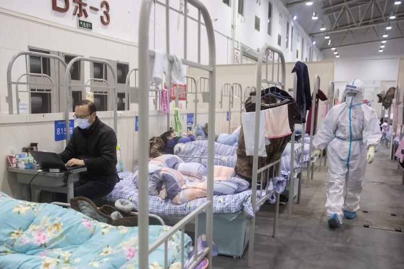 中國中央指導組醫療救治組專家在19日晚間的記者會上承認「武漢肺炎的病毒傳染性極強,救治難度比SARS大,但病亡率低於SARS。」(美聯社示意圖)