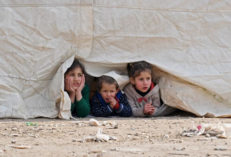 聯合國人道事務與緊急援助副秘書長洛科克表示,成千上萬的敘利亞難民被迫擠進邊境附近越來越小的區域,在惡劣的環境下,低溫不斷殺死嬰兒和幼童。(法新社)