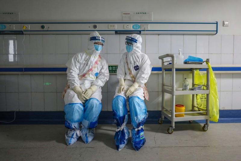 圖為武漢醫院醫護人員示意圖,與本文無關。(法新社)