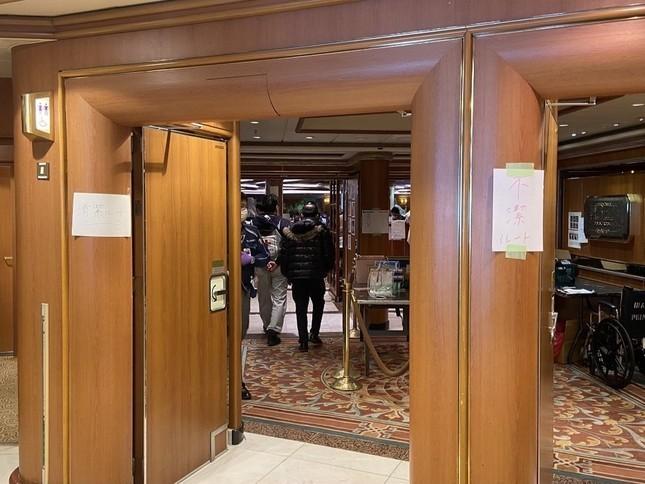日本神戶大學感染症專科教授岩田健太郎登上鑽石公主號後,批評政府防疫工作一團混亂,稱未能完全將未汙染與已汙染的通道分開來。(圖擷取自推特)