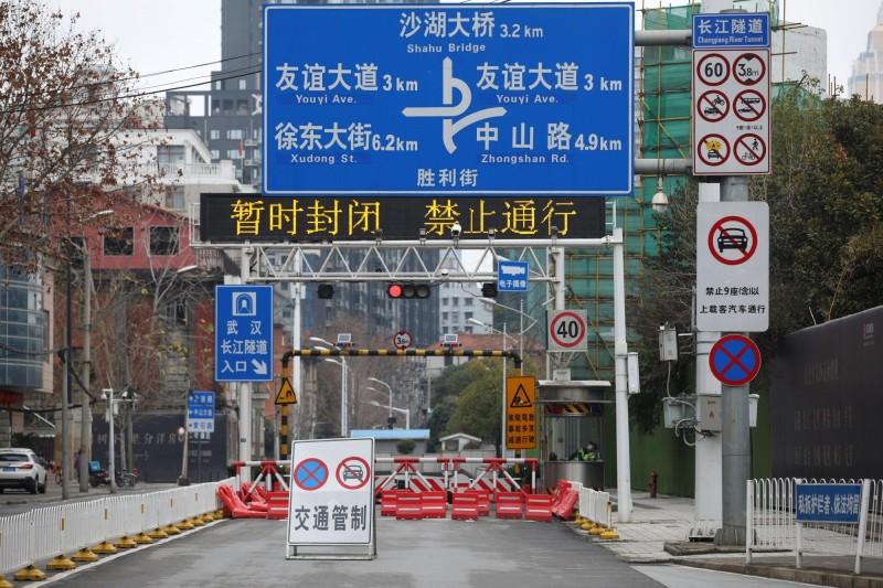 武漢封城近一個月,官員透漏這個決定是按中國國家主席習近平的指示做出的。圖中,武漢市一條道路遭到封閉。(路透檔案照)