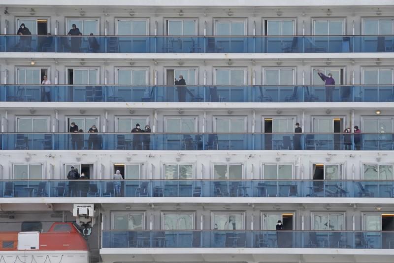 日本國立感染症研究所昨指出,最初透過派對及自助餐等乘客間的交流活動,以及透過船員提供服務而擴散,成為感染高峰。圖為該船乘客。(歐新社)