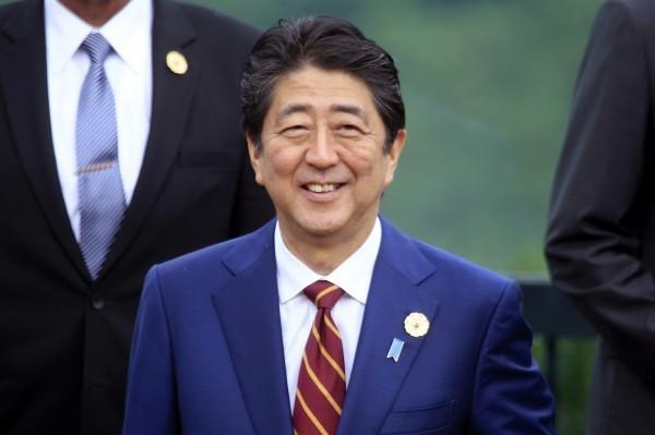 在防疫的關鍵時刻,首相安倍晉三昨(19)日卻去接見河豚業者,並大啖河豚生魚片,讓日網友看了氣炸罵翻。(美聯社)