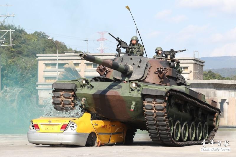 陸軍關指部19日舉辦武藝競賽,其中一項是由CM11戰車模擬通過障礙地形,50噸重的CM11戰車瞬間將模擬障礙物的報廢小黃壓扁後順利通過,場面氣勢十分驚人。(圖:青年日報提供)