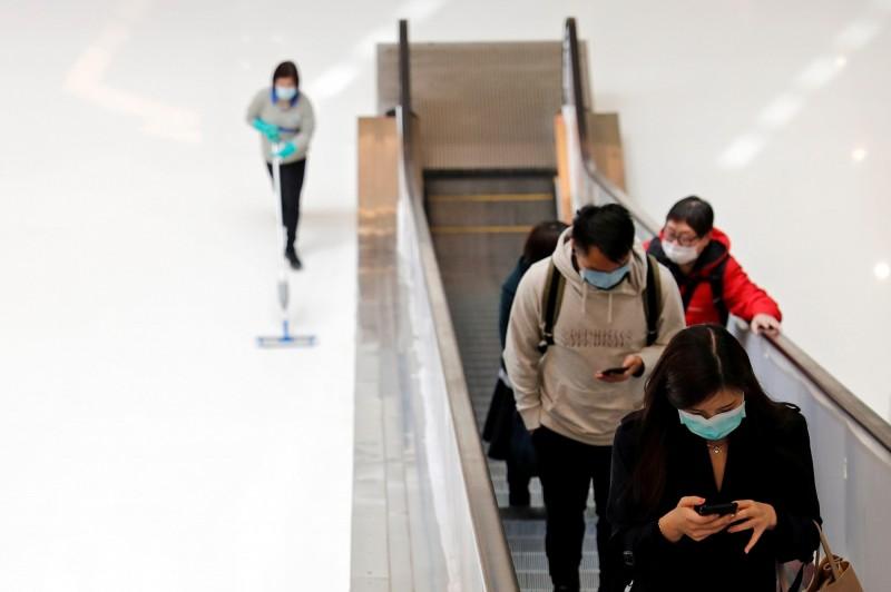 香港再增2確診病例,其中第67宗病例為港媒今報的1位無旅遊史記錄的確診患者,另1為初步確認病例為計程車司機,已發燒2週,目前正留院觀察。(路透社)