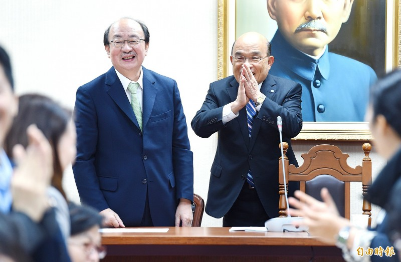 Premier Su Tseng-chang, right, yesterday asks the Democratic Progressive Party legislative caucus in Taipei to help him to pass a special bill for COVID-19 prevention, relief and recovery. Photo: Liao Chen-huei, Taipei Times