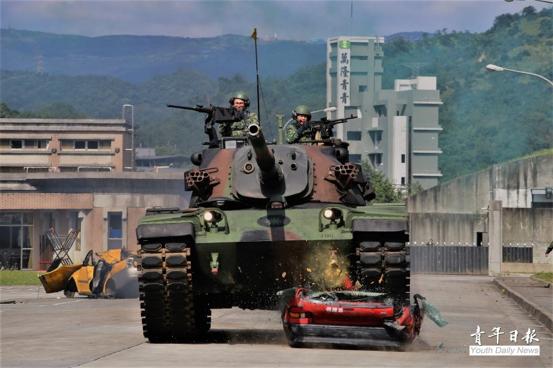 陸軍關指部19日舉辦武藝競賽,其中一項是由CM11戰車模擬通過障礙地形,50噸重的CM11戰車瞬間將模擬障礙物的報廢教練車壓扁,場面氣勢十分驚人。(圖:青年日報提供)
