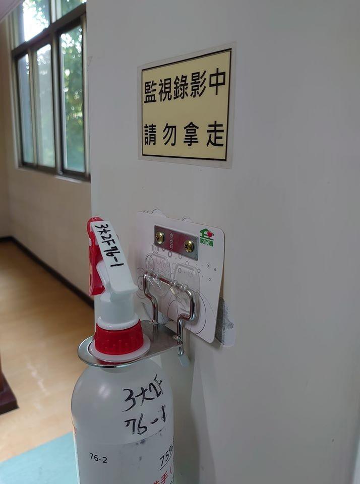 胡博硯18日於臉書發文,稱東吳大學校內近2週有20支酒精被偷走,因此酒精罐附近都有監視錄影。不過針對警方詢問,校方則是否認。(圖擷自胡博硯臉書)
