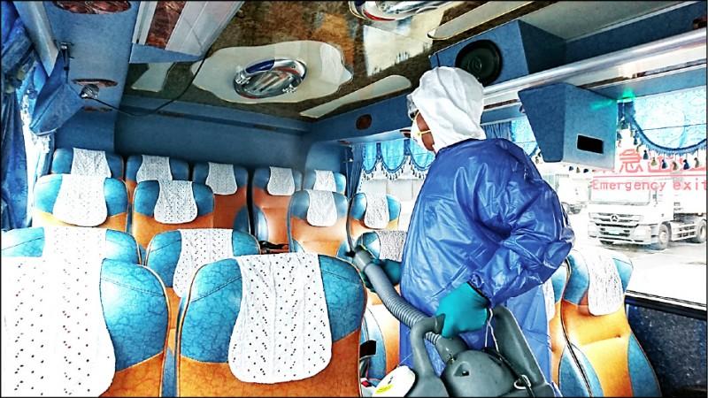 清潔人員在作業時都穿上雙層防護衣。(斯巴克公司提供)