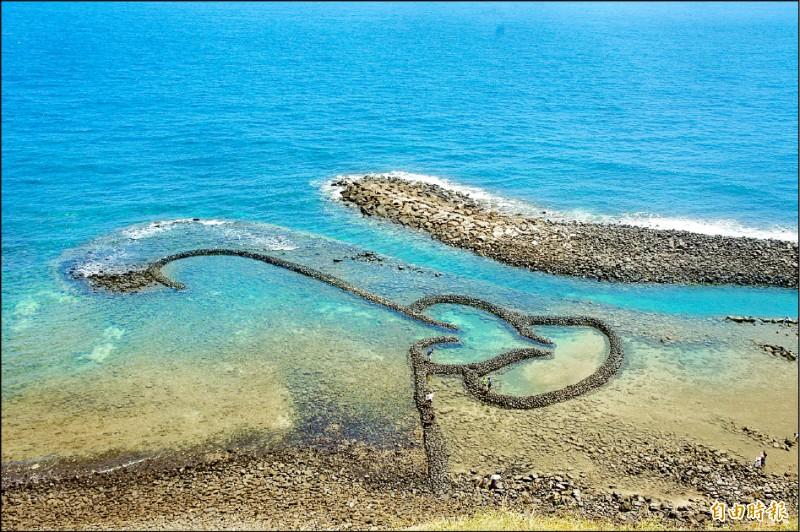 七美以雙心石滬著稱,每年都吸引不少觀光客前往。(記者劉禹慶攝)