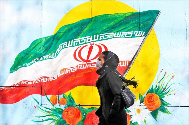 伊朗已累積五例武漢肺炎確診病例,其中兩例病逝。圖為首都德黑蘭街頭,一名婦女戴上口罩。(歐新社檔案照)