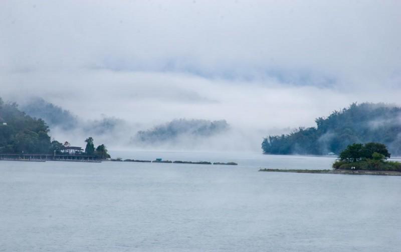 日月潭受寒流影響,湖面充滿雲霧,彷彿冒煙般瀰漫開來,景象相當美麗。(陳琪元提供)