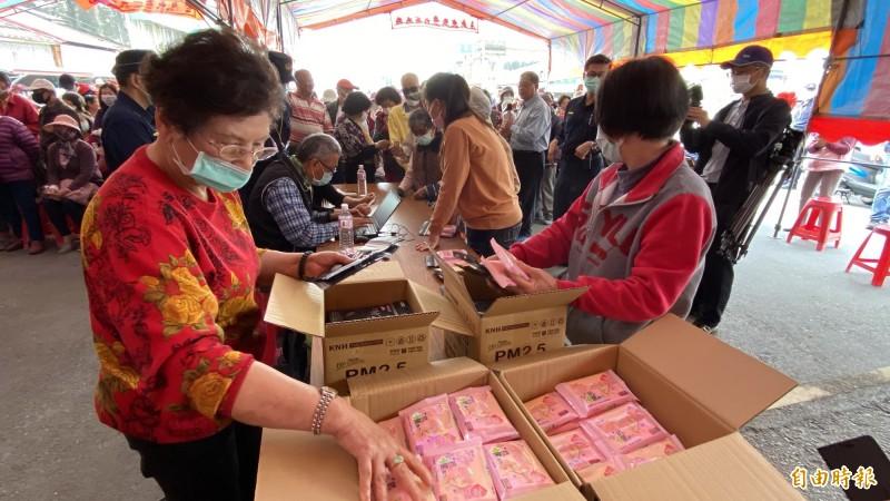 康那香在台南將軍區漚汪文衡殿前發送3D立體口罩及抗菌濕巾,長者獲贈很高興。(記者楊金城攝)