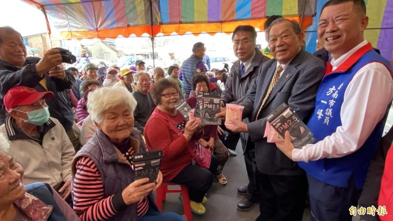康那香公司董事長戴榮吉(前右二)為回饋鄉里,保護學童和長者的健康,今和台南市長黃偉哲(前右三)一起發送PM2.5立體口罩、抗菌濕巾。(記者楊金城攝)