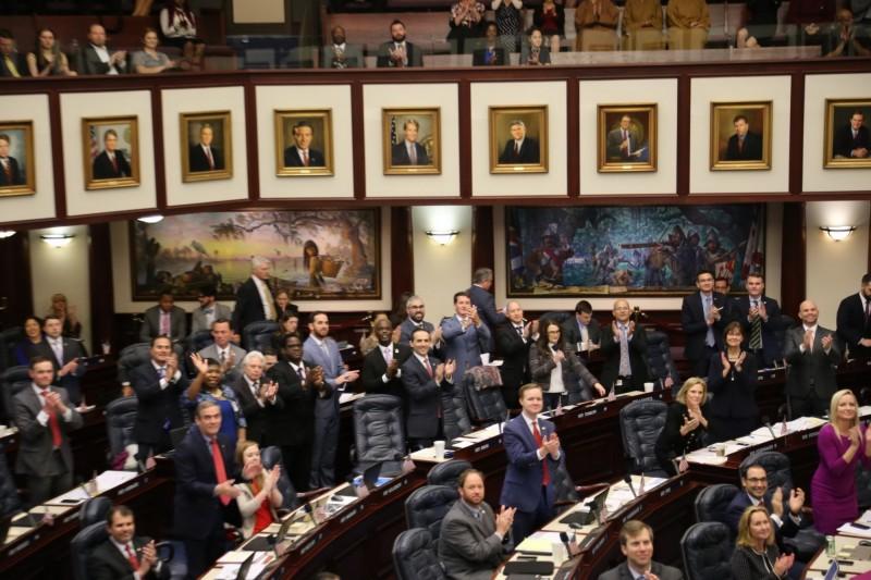 南市議會參訪團應邀至佛州眾議會定期會現場旁聽,會議中眾議會議員特別介紹南市議會訪團並起立鼓掌。(南市議會提供)