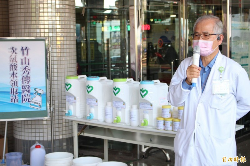 竹山秀傳醫院啟用次氯酸水領取站,免費供應給民眾,院長謝輝龍也提醒勤洗手,密閉場合戴口罩,遠離疫病風險。(記者劉濱銓攝)
