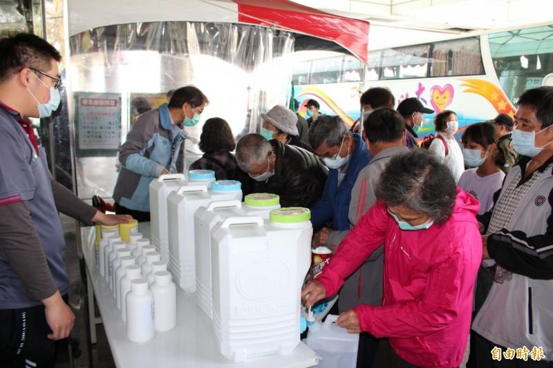 竹山秀傳醫院啟用次氯酸水領取站,每週一至週五,上午9點至12點,免費供應給民眾。(記者劉濱銓攝)