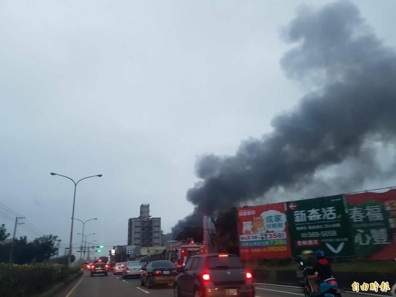 湖口鄉工廠生火警,黑煙衝天,遠遠就看得到。 (記者廖雪茹攝)